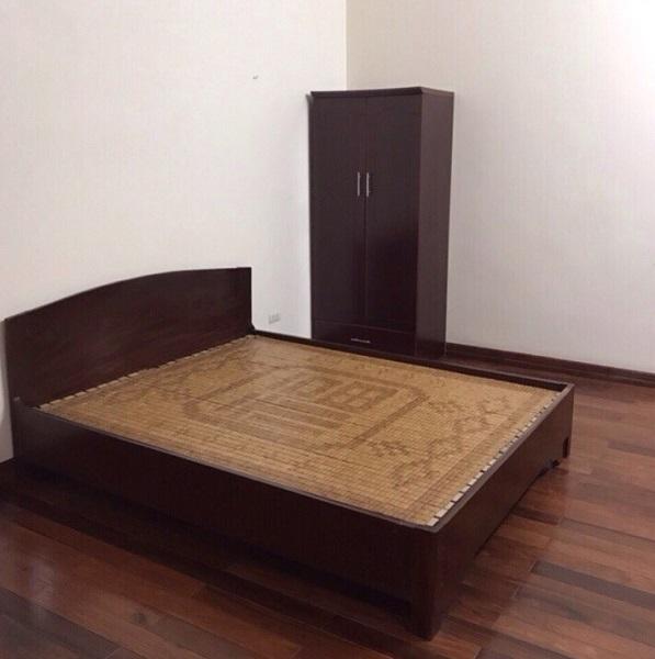 Giường gỗ nghiến nguyên khối